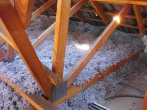 Isolation thermique ouate de cellulose dans combles fermettes